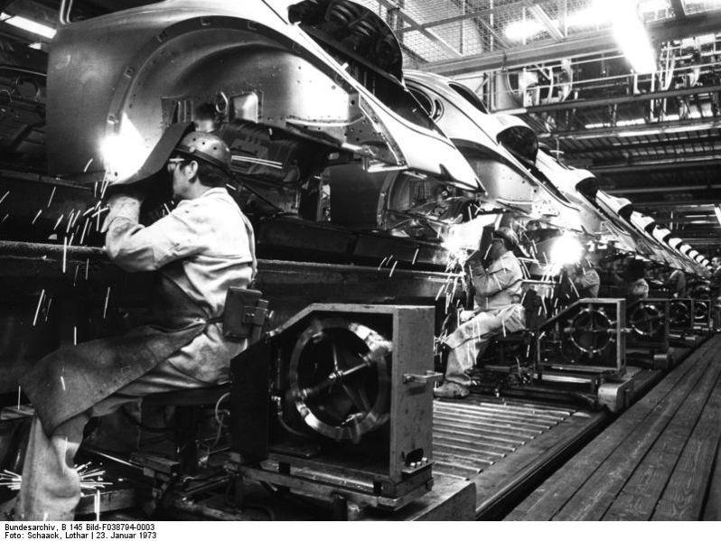 798px-Bundesarchiv_B_145_Bild-F038794-0003,_Wolfsburg,_Volkswagen,_Rohkarossen_VW_Käfer